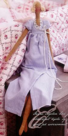 Складываем ткань для платья вдвое и выкраиваем кокетку и...